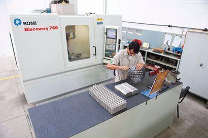 Centro de usinagem vertical utilizado na produção seriada de válvulas